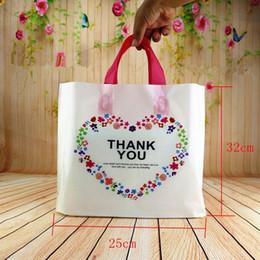 32 * 25 * 6cm 50pcs personalizzato compleanno festa nuziale favore grazie sacchetti regalo sacchetti di plastica shopping regalo grandi sacchetti di plastica con manico in Offerta