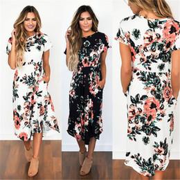 Großhandel Lässige gestreifte Blumen bedruckte Kleider mit Taschen Sommernaht Kurzarm Rundhalsausschnitt plissiertes Midikleid 65414