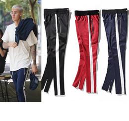 19f45eda029 Pantalones deportivos de color rojo oscuro azul marino retro de los hombres  Pantalones dentro de la raya de la cremallera Pantalones de rayas de color  ...