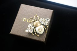$enCountryForm.capitalKeyWord Australia - linlin New Good Quality Celebrity design Letter Pearl diamond Brooch decorations Fashion Letter Bee Bow brooch Jewelry With Box
