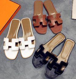 Venta al por mayor de El diseñador de sandalias para mujer diseñó lujosas zapatillas, hechas de cuero genuino, y elegantes chanclas de verano de 35 a 42 yardas