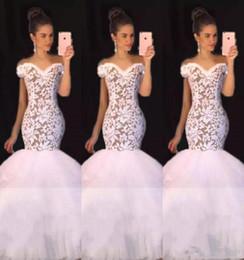 c1b34693adb3 Abiti da ballo di sirena di pizzo bianco squisita appliques del corsetto di  illusione appliques abiti da sera lunghi in tulle increspato abito da sposa  ...
