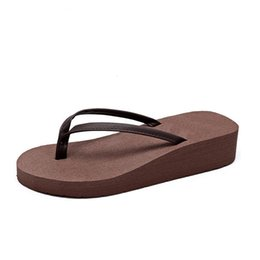 China Nice Tideway Summer Woman Flip Flops British Style Boardered Beach Sandals Non-slide Pu Slippers Zapatos Mujer Z518 supplier nice slippers suppliers