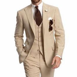 Venta al por mayor de Beige Three Piece Business Party Los mejores trajes de hombre Solapa de pico Dos botones Por encargo Novios de boda Esmoquin 2018 Chaqueta Pantalones Chaleco