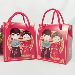 43042e76a Red Chinese Traditional Bride And Groom Candy Box Paper Gift Bag With  Handle Wedding Favor And Gift QW8394