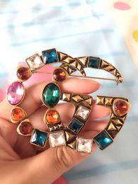 Famosa Marca Designer Retro Cristal Broche de Luxo Da Marca Do Vintage Multicolor Rhinestone Terno Lapela Pin Jóias Acessórios