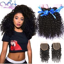 Vente en gros WYF Indian Bundles de cheveux bouclés avec 4 * 4 fermeture de dentelle 100% non transformés de cheveux humains extensions de tissage de cheveux vierges tisse la couleur noire naturelle