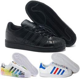 new style c3c44 d8aee 2018 Cheap Adidas Superstar 80S hombres mujeres zapatos de baloncesto ocasionales  zapatos del patín 17 Color Rainbow salpicadura de tinta zapatos deportivos  ...
