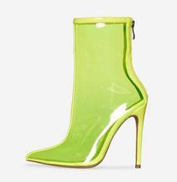 Venta al por mayor de Botas de PVC transparentes Botas de lluvia Zapatos para mujer Punta puntiaguda Tacón de jalea Botas Volver Cremallera impermeable Tacones altos Tobillo Rainboots