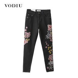 939c1be778b4 Los pantalones vaqueros del bordado de la mujer de cintura alta delgado  flojo elástico negro de China nacional del dragón floral inferior pantalones  ...