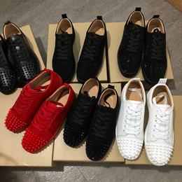 Venta al por mayor de NUEVO 2019 Zapatillas de deporte de diseñador Zapato con fondo rojo Pico de ante de corte bajo Zapatos de lujo para hombres y mujeres Zapatos de boda de cristal zapatillas de cuero