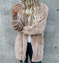 Venta al por mayor de Para mujer Chaquetas de piel sintética Ropa de abrigo Abrigos de terciopelo con capucha de invierno Diseño de bolsillo Abrigos sueltos Ropa de mujer Ropa de abrigo suave y suave Tops