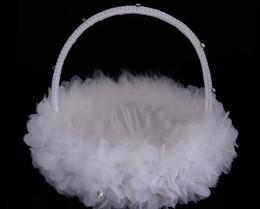 Cestino di fiori di piume di struzzo bianco Cestino di fiori di seta rotondo elegante Bomboniere Accessori da sposa Nuovo in Offerta