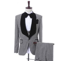 Venta al por mayor de Trajes de hombres de tela escocesa negra Chaqueta de tres piezas de chaleco 2018 Clásicos Fit de un solo novio de boda Esmoquin personalizados