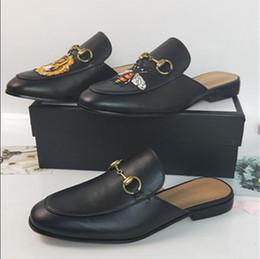236c6b5e1 Роскошные кожаные мокасины Мюллер дизайнер тапочки Мужская обувь с пряжкой  мода Мужчины Женщины Принстаун тапочки дамы повседневная мулы квартиры 35-44