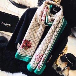Bufanda de seda de la marca de lujo para las mujeres 2018 Summer Designer Full Logo Floral verde de la flor bufandas largas Abrigo con la etiqueta 180x90Cm chales S423