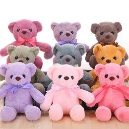 Osos de todos los colores se pueden regalar a los bebés. Un oso pequeño de tamaño mediano adecuado para la compañía en venta