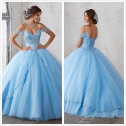 Venta al por mayor de 2018 Light Sky Blue Ball Gown Vestidos de quinceañera Cap Sleeves Spaghetti Rebordear Crystal Princess Prom Vestidos de fiesta para Sweet 16 Girls