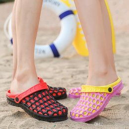 Best Beach Sandals Canada - Summer men women designer slippers Hole Shoes Flip Flops Buckle Slippers Beach Slippers Man Flip Flops luxury brand sandals BEST QUALITY
