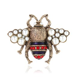 Plates Gift Europe UK - Cute Crystal Clothing Brooch Retro Bee Pearl Pin Alloy Gemstone Brooch Europe United States Fashion Quality Jewelry Women Gifts 2 Colors