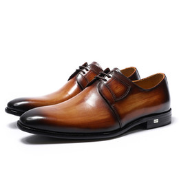 empresas marrones al por mayor-De lujo hechos a mano de cuero genuino para hombre Brown Derby Shoes Office Company Party Formal Male Lace Up Dress Calzado de boda