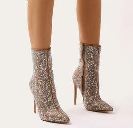 474c9863a77 2018 Mais Novo Luxo Mulheres De Cristal Pointy Toe Ankle Boots Sexy Sapatos  De Salto Alto Senhoras Cavaleiro Botas de Strass Botas de Moda