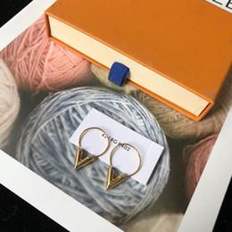 Роскошный известный бренд медь 18K позолоченные V-образный алфавит письмо очарование серьги для женщин ювелирные изделия