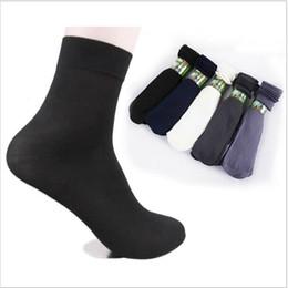 Al por mayor- 10 pares / paquete Moda de verano cómodo Hombres frescos negro corto de fibra de bambú sección delgada medias cortas en venta