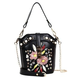 Diseñador de las mujeres de cuero Hobo Bucket Bags Mini bordado de la flor de la perla de la cadena Retro bolso de lujo bolso de mano de alta calidad en venta