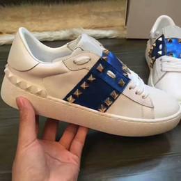 Venta al por mayor de Cordones de cuero genuino blanco zapatillas de deporte unisex zapatos diseñador de lujo remache zapatos ocasionales planos remiendo mujeres hombres zapatos 36-46