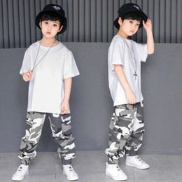 $enCountryForm.capitalKeyWord NZ - Kids Loose Ballroom Jazz Hip Hop Dance Competition Costume for Girl Boy White T Shirt Camouflage Pants Dancing Clothing Clothes
