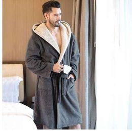 Venta al por mayor de Hombre de invierno Coral terciopelo con capucha túnica masculina cálida larga albornoces Comfort gris bata de baño Vs T