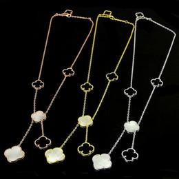 Nouveau Quatre Feuille Trèfle Fleur Colliers Bijoux Pour Femmes Long Pendentif Collier Noir Blanc Mère Shell Perle Pendentif Dropshipping en Solde