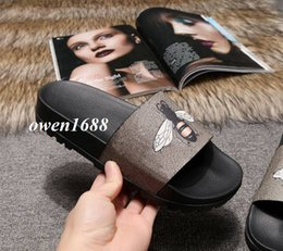 70e66248c0be0 2018 mens fashion bee print rubber slide sandals with Molded rubber footbed boys  outdoor beach flat flip flops