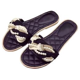 Zapatillas de verano clásicas de mujer rojo negro perlado plano tacones  mulas cruzadas chanclas 2018 zapatos de playa chaussure femme b660f8a76273