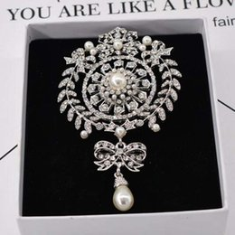 $enCountryForm.capitalKeyWord NZ - New Luxury Crystal Pearl Crown Badge Brooch Pins Sparkly Rhinestone Brooch Bouquet Corsage For Women Girl Suit Coat Accessories Jewelry