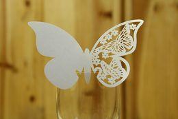 Bicchieri per vino Decorazioni per matrimoni Etichette in vetro per vino Toppers per torta nuziale Carte con nome farfalla tagliate a laser in Offerta