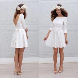 Venta al por mayor de Otoño de 2018 Boho Vestidos de novia cortos Cuello redondo Una línea Mangas de 3/4 de longitud Vestidos de boda de novia estilo satinado blanco