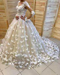 2018 Nuevos vestidos de novia del diseñador mangas largas con las flores hechas a mano de las flores de las mariposas Vestidos de novia corte tren