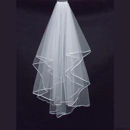 Deux couches de mariage Voiles pas cher avec tombeau blanc satin bord bord satin bord deux couches accessoire de mariée voiles en Solde