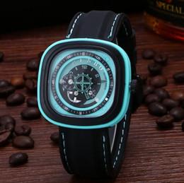100 pcs / Moda criativa engrenagem do vento de segunda mão relógio de quartzo homens e mulheres imitação mecânica dial masculino grande mostrador do relógio quadrado presente