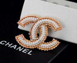 Wholesale Factory Sell Quality Celebrity Design Letter Pearl Diamond Brooch Fashion Letter Metal Buckle Brooch With Box