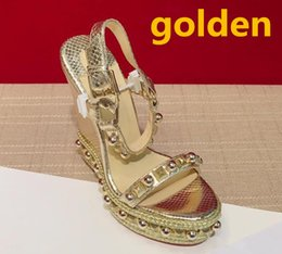 19f47fa12 2018 novo Popular de Verão de Luxo Senhoras Lona Estilo gladiador de salto  alto de prata de ouro studs sandália de festa das Mulheres Sexy Moda  Feminina ...