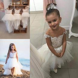 220e305d35ee Nuovo arrivo 2018 Beach High Low Tulle Flower Girls Dresses per Matrimoni  Sheer maniche ricoperte Lace Applique Beaded Sash Comunione Dress