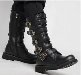 Großhandel 2018 neue Männer große Größe hohe Kanister Stiefel, schwarze Gürtelschnalle und seitlicher Reißverschluss Lässig, stilvoll und großzügig Männer Ritter Stiefel. T672