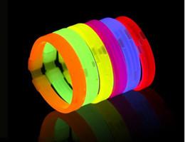 Ingrosso vendita calda LED Glow Wristband Wrist Band Braccialetto lampeggiante Braccialetto in silicone LED luminoso anello mano Partito Disco regalo di Natale XXP63