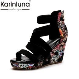 00e55f4508f Venta al por mayor 2018 Flores Impresión Caballo de cuero de cuero  Plataformas de verano Sandalias Zapatos Mujer Cuña Tacones altos Zipper  Zapatos de mujer