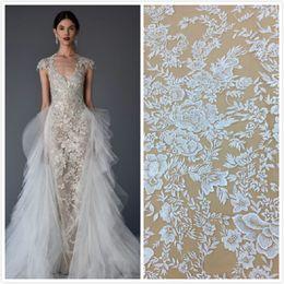 6cbca08eab4 Новый приходя африканский тюль кружева ткани цветы дизайн очаровательный  нигерийский сетки кружевной ткани вышитые кружева для свадебного платья на  5 ярдов