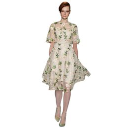 b190c5663cdd651 Кристалл шипованных зеленые листья розовые цветы вышитые платье бежевый  sheer сетки Половина рукава линии длиной до колен элегантный летнее платье