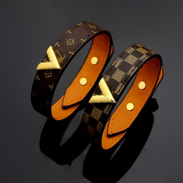 Großhandel New Style Titan Stahl Echtlederarmbänder mit Gold V-Form Design für Frauen Blumendruck pulsera Bettelarmband 23cm Top-Qualität